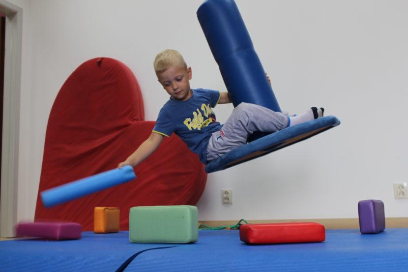terapia integracji sensorycznej - dziecko na huśtawce